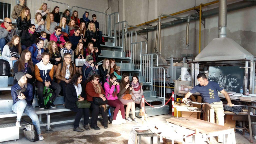 Rīgas Komercskola audzēkņi devušies uz stikla rūpnīcu